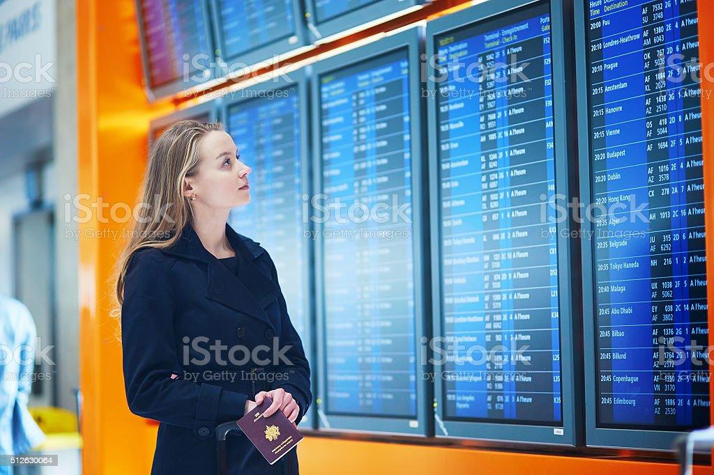 Jeune femme à l'aéroport international de - Photo