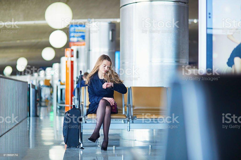 Junge Frau in internationalen Flughafen Lizenzfreies stock-foto