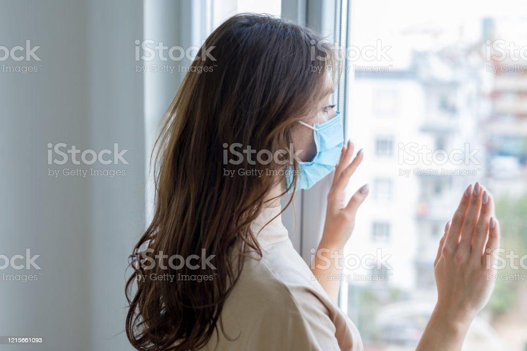 Jonge vrouw in isolatie thuis voor coronavirus - Royalty-free Aanraken Stockfoto