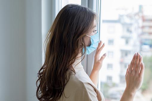Jonge Vrouw In Isolatie Thuis Voor Coronavirus Stockfoto en meer beelden van Aanraken