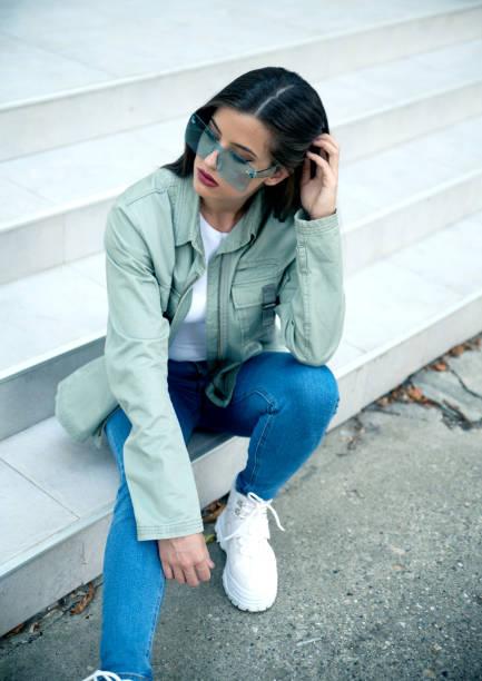 Mujer joven con chaqueta al aire libre - foto de stock