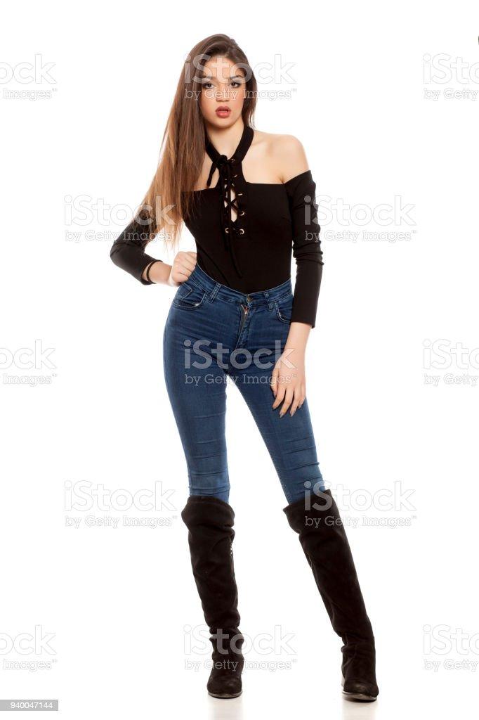 En Botas Pantalones Sobre Fondo Mujer Y Vaqueros Joven Fotografía De qwtHggT ea2ac958b8c4