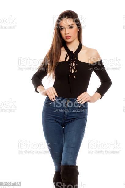 Mujer Joven En Pantalones Vaqueros Y Botas Sobre Fondo Blanco Foto De Stock Y Mas Banco De Imagenes De A La Moda Istock