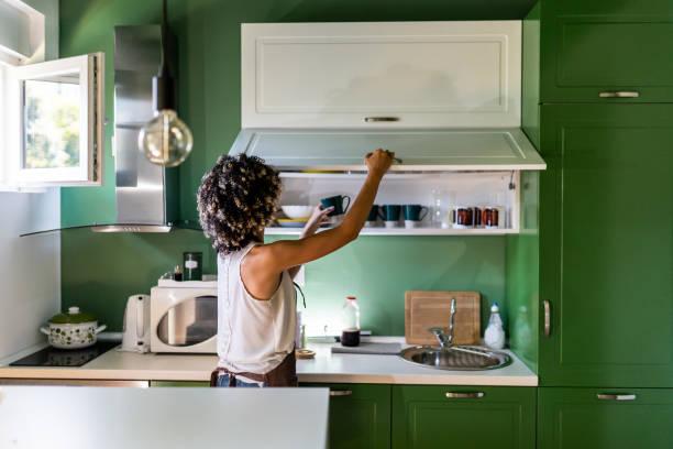 Junge Frau in der Küche – Foto