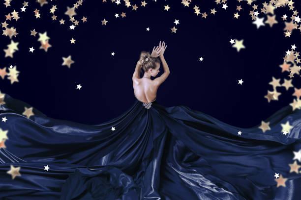 junge frau in luxuriösem langen kleid - abendkleid lang blau stock-fotos und bilder