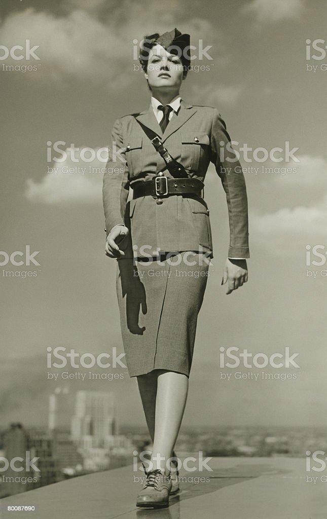 Jovem mulher em roupa de marcha militar no telhado, retrato foto de stock royalty-free