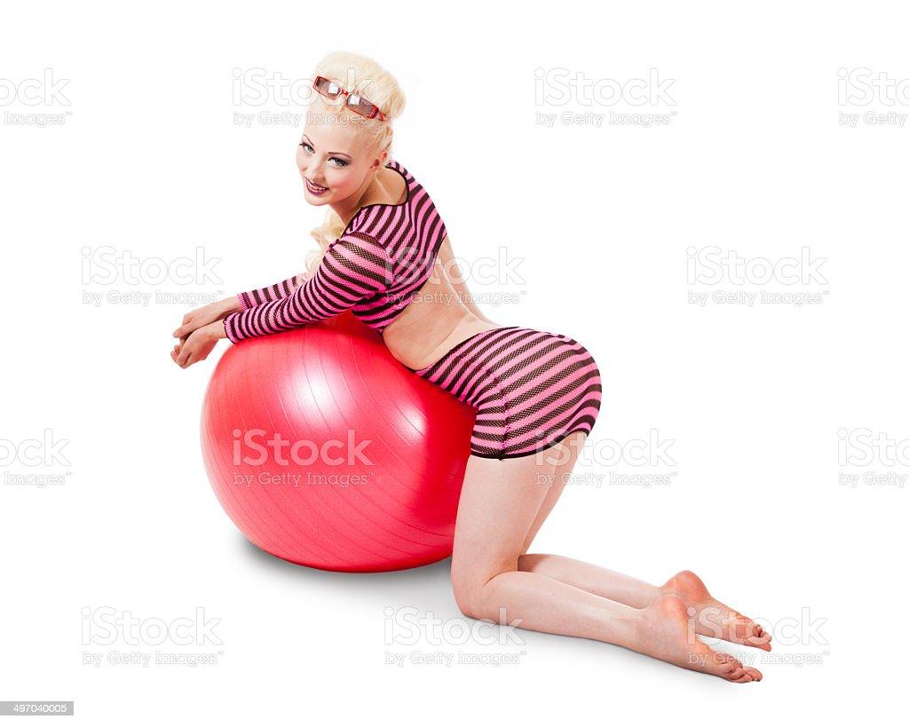 Mujer joven en moderno vestimenta posando con pelota de ejercicio - foto de stock