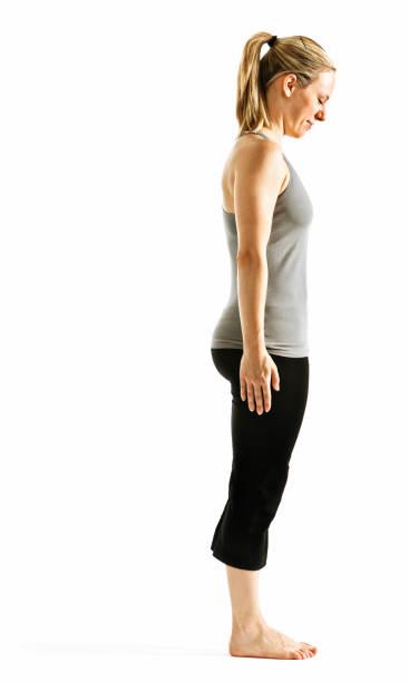 Mujer joven en la postura de la montaña. Preparación para el saludo de yoga - foto de stock