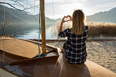 istock Young woman in nature making heart shape finger frame 640136284