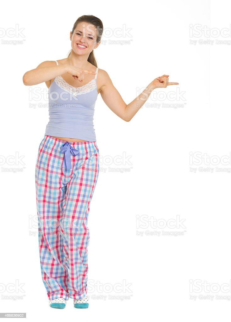 e1fbac0593 Mujer joven en pijama señalando con espacio de copia foto de stock libre de  derechos