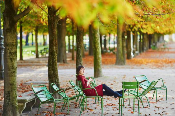 Jeune femme à Paris à l'automne - Photo