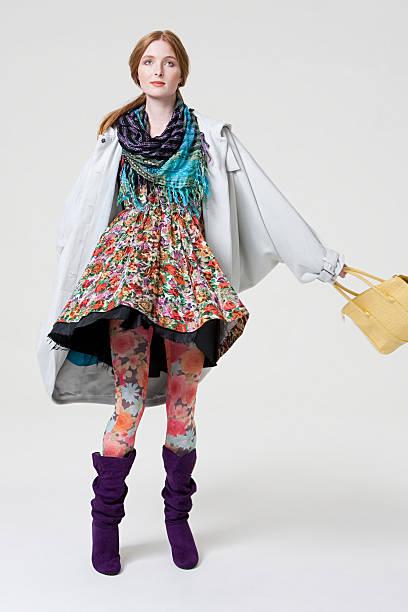 Junge Frau in gemusterten Kleider – Foto
