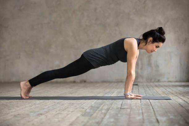 young woman in plank pose - peso mosca foto e immagini stock