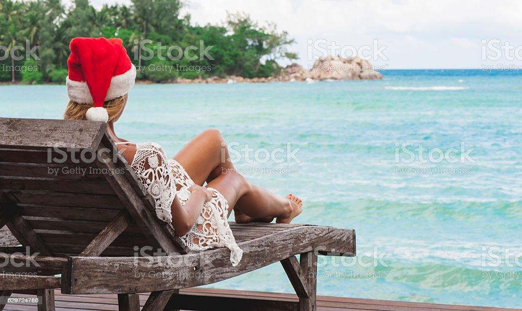 Young woman in santa claus hat celebrating Christmas - foto de acervo