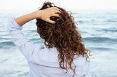若い女性はシャツので、海の