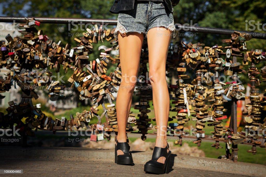 estilo popular mejor venta outlet(mk) Mujer Joven En Pantalones Cortos Y Zapatos De Tacón Altos ...