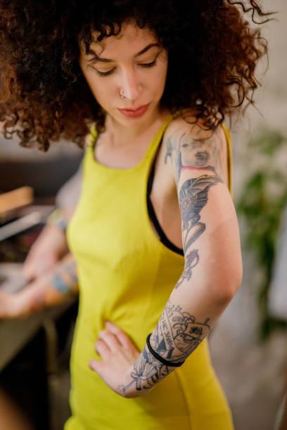 Oberarm tattoos frauen Tattoo Bilder
