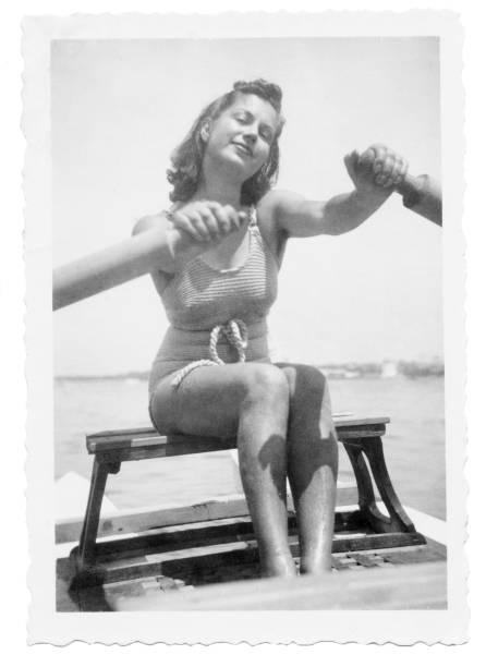 Jeune femme en maillot de bain sur un petit bateau en 1939 - Photo