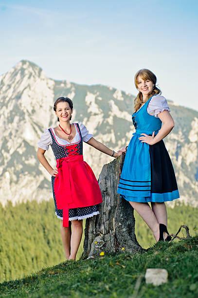junge frau in den österreichischen alpen - vintage dirndl stock-fotos und bilder