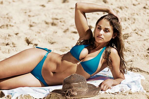 Jovem mulher na praia - foto de acervo