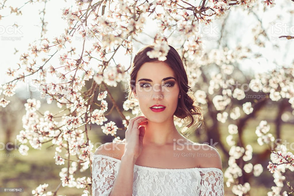 Junge Frau im blühenden Garten im Frühling – Foto