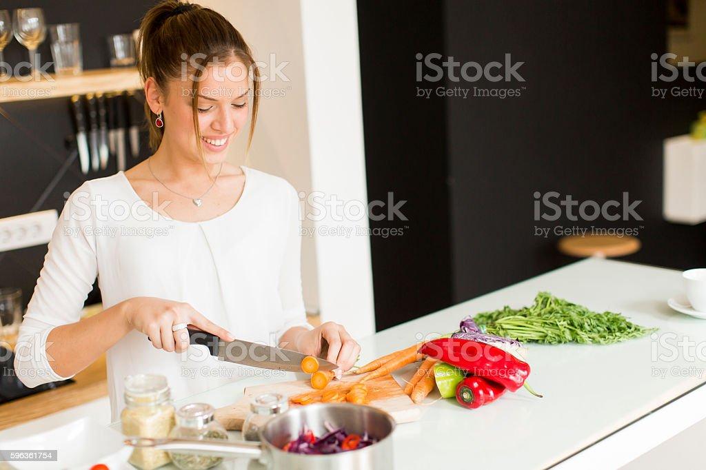 Mujer joven en la cocina - foto de stock