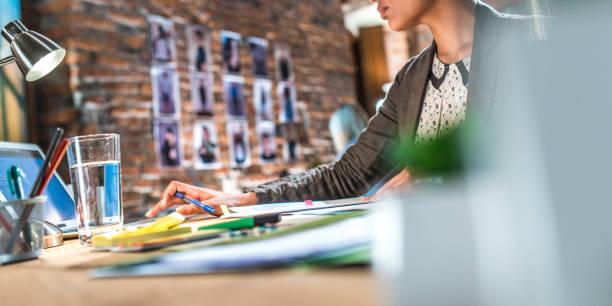 jeune femme dans le bureau - graphisme photos et images de collection