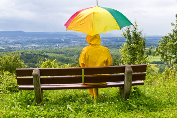 Junge Frau im Regen – Foto
