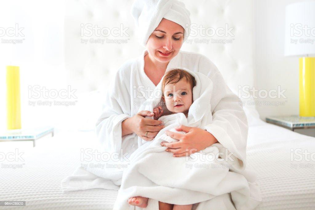 Jovem mulher no quarto com o bebê após o banho - Foto de stock de Adulto royalty-free