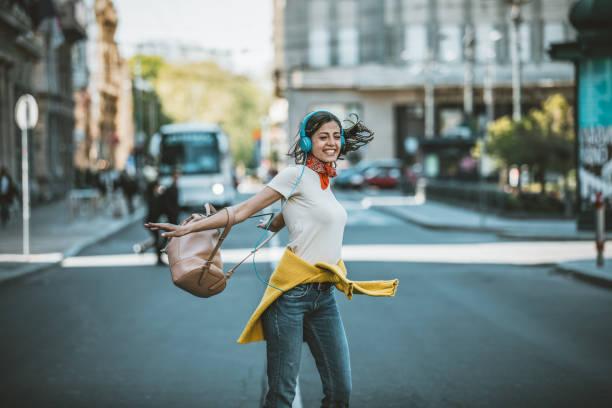ung kvinna på gatan lyssnar på musik och dans - street dance bildbanksfoton och bilder