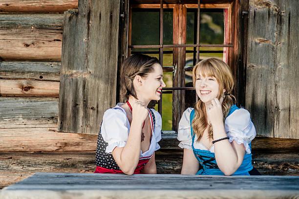 junge frau in traditioneller kleidung in österreich - vintage dirndl stock-fotos und bilder