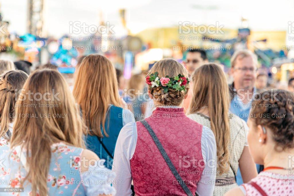 junge Frau in traditioneller Kleidung auf dem Oktoberfest in München – Foto