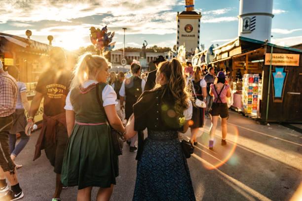 junge frau in traditioneller kleidung auf dem oktoberfest in münchen - bayerische tracht stock-fotos und bilder
