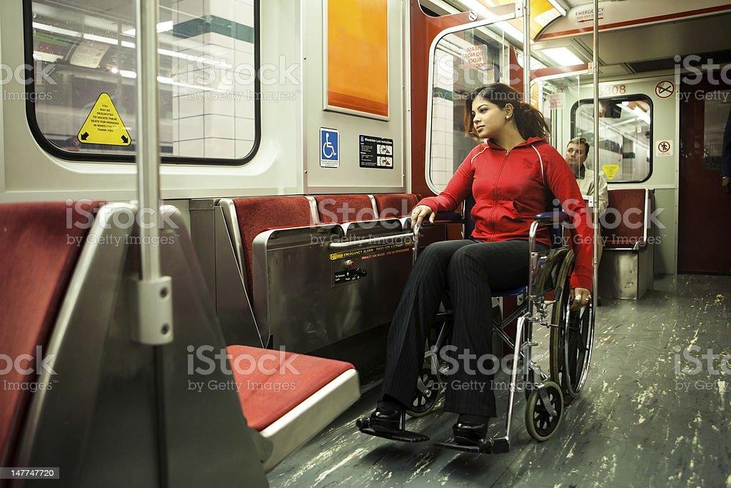 Junge Frau im Rollstuhl an die U-Bahn – Foto