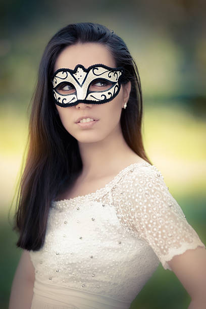 junge frau im weißen kleid mit maske - geheime garten parties stock-fotos und bilder