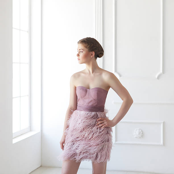 junge frau in weißem lederfutter - damen rock pink stock-fotos und bilder