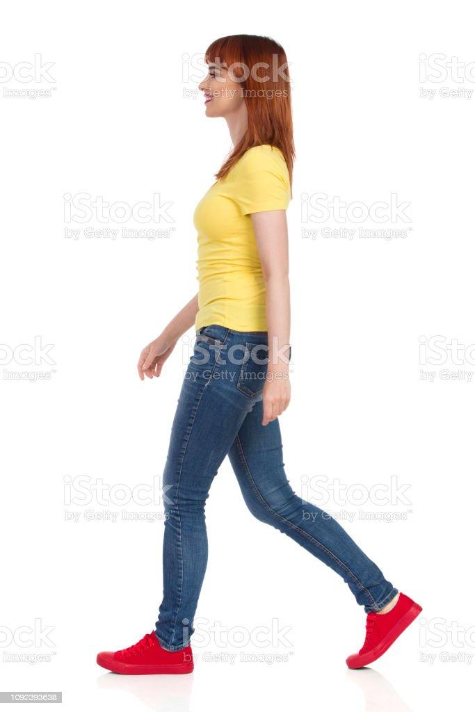 Gelben Tennis Junge Jeans Ist Rote Chaussures Tshirt Im Frau Und de NkP80nwOXZ
