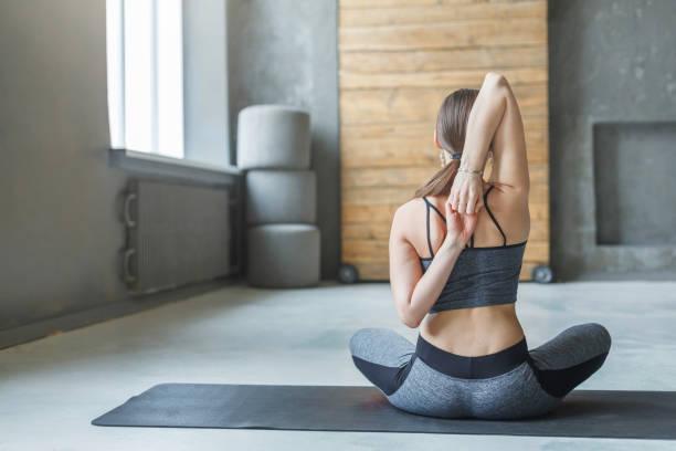 junge frau im yoga-kurs, wieder dehnen - schmale schulter stock-fotos und bilder