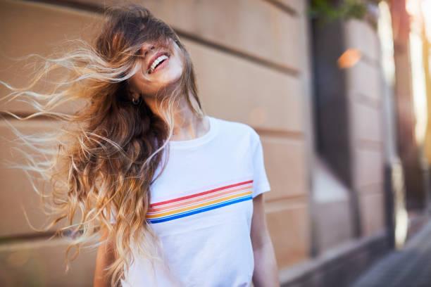 Junge Frau Influencer posiert für soziale Medien. – Foto