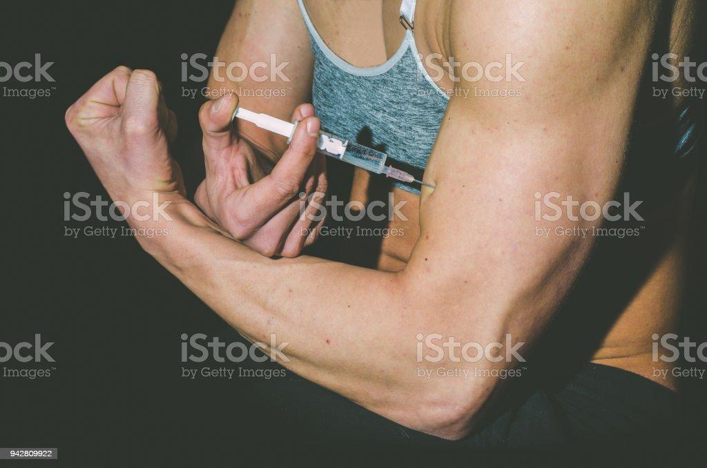 Jovem mulher injetar esteroides anabolizantes dopagem no conceito de desporto. - foto de acervo