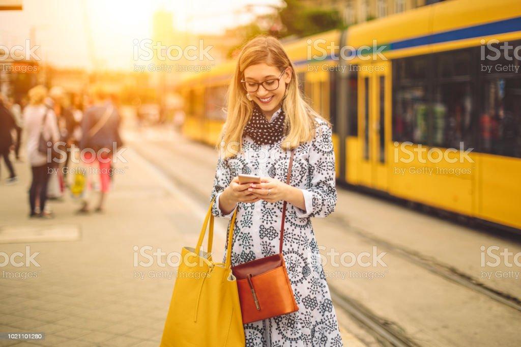 Junge Frau sucht ihre Botschaften - Lizenzfrei Am Telefon Stock-Foto
