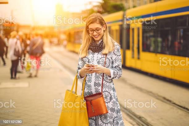Junge Frau Sucht Ihre Botschaften Stockfoto und mehr Bilder von Am Telefon