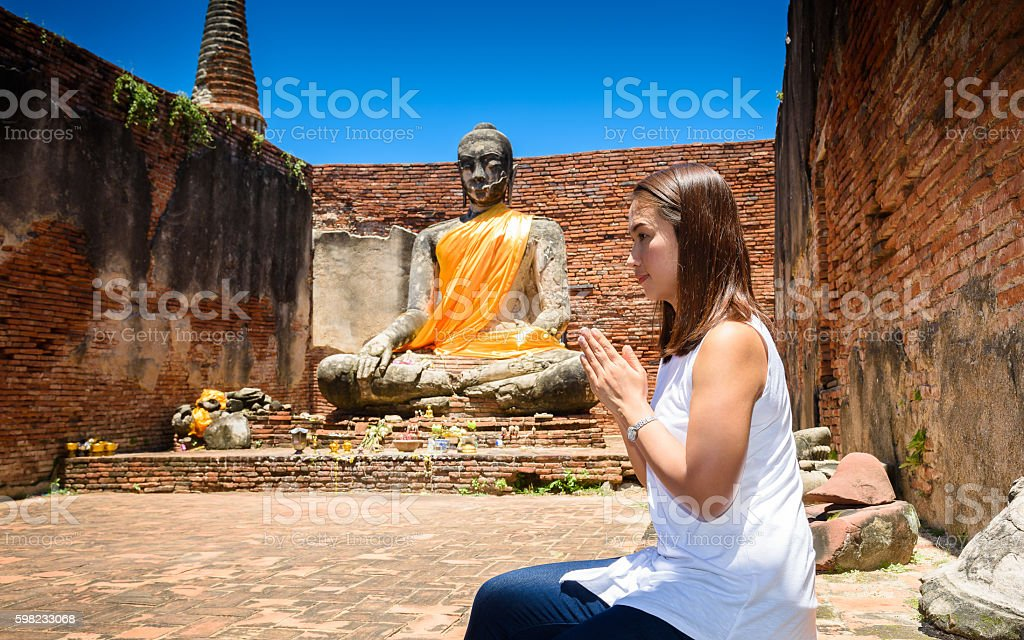 young woman is exploring the ancient ruins of buddhist temple foto royalty-free