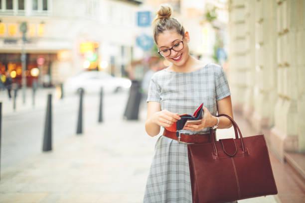 若い女性が市秋の気分で楽しんでください。 - 財布 ストックフォトと画像