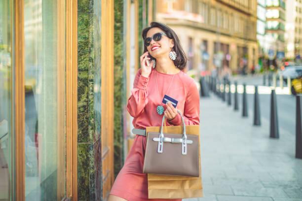 junge frau ist auf ihrem handy bestellung von waren - brille bestellen stock-fotos und bilder
