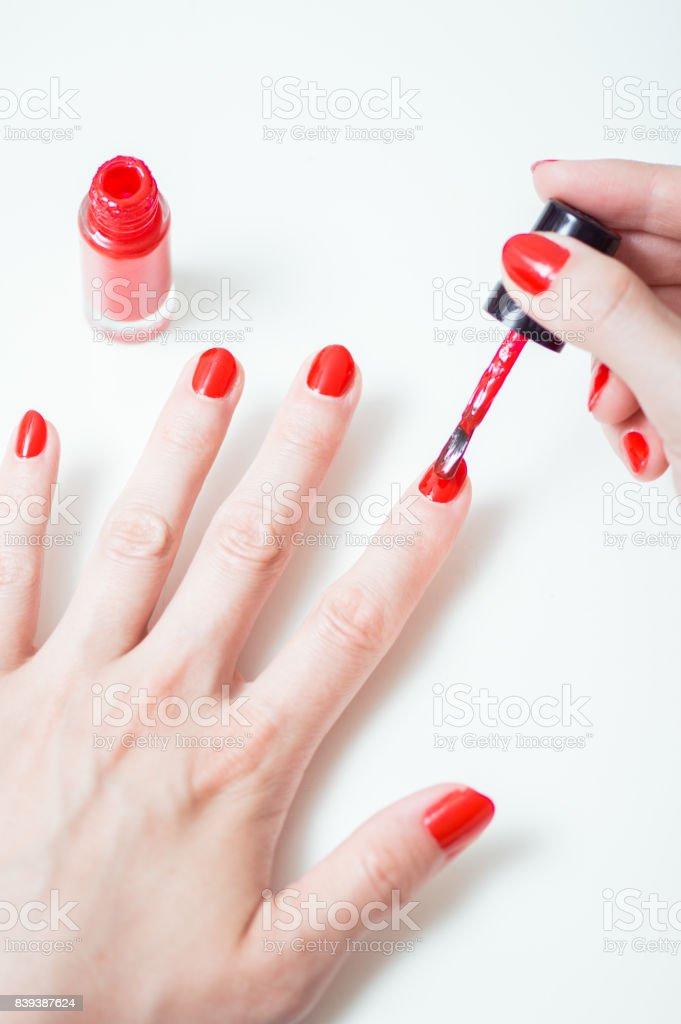 Joven Es Pintar Uñas Con Esmalte De Uñas Rojo Foto De Stock