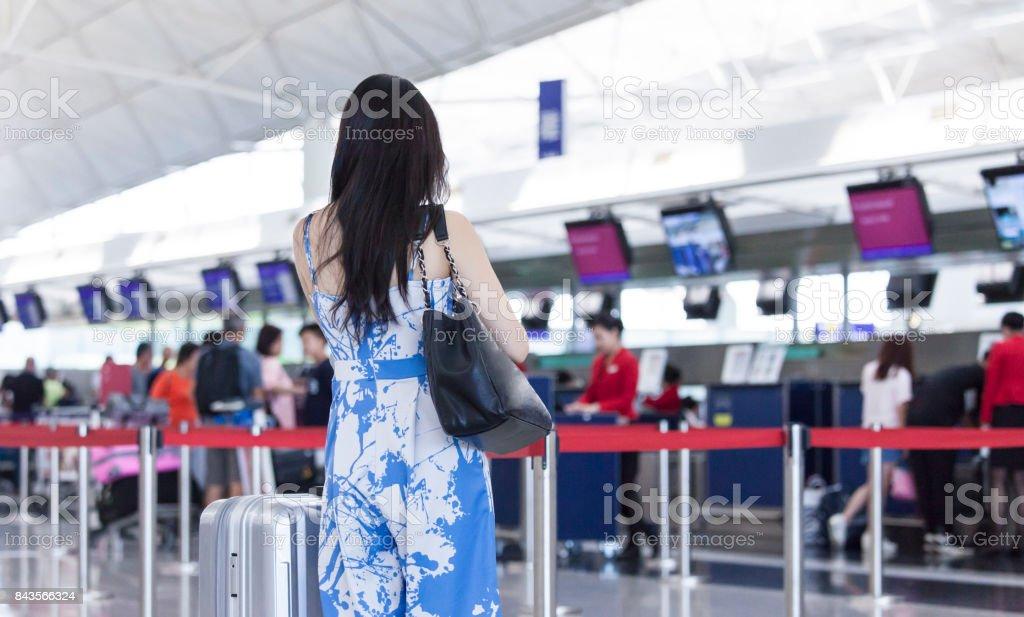 Jovem mulher está à espera de partida no aeroporto - foto de acervo