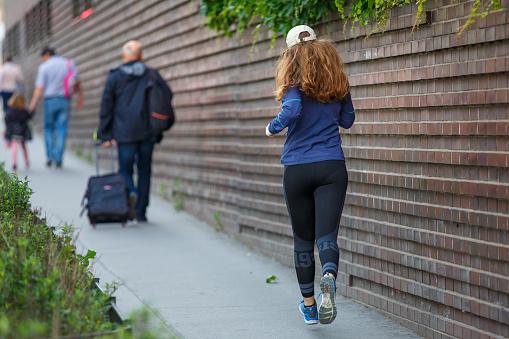 Jonge Vrouw Joggen Langs Straat In Europese Stad Stockfoto en meer beelden van Afvallen