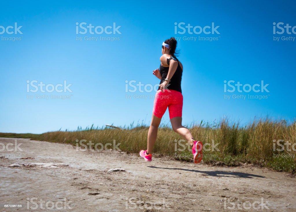 Junge Frau Joggen Langlauf laufen im Sommer am Meer.  Konzept Fitness und einen gesunden Lebensstil Lizenzfreies stock-foto