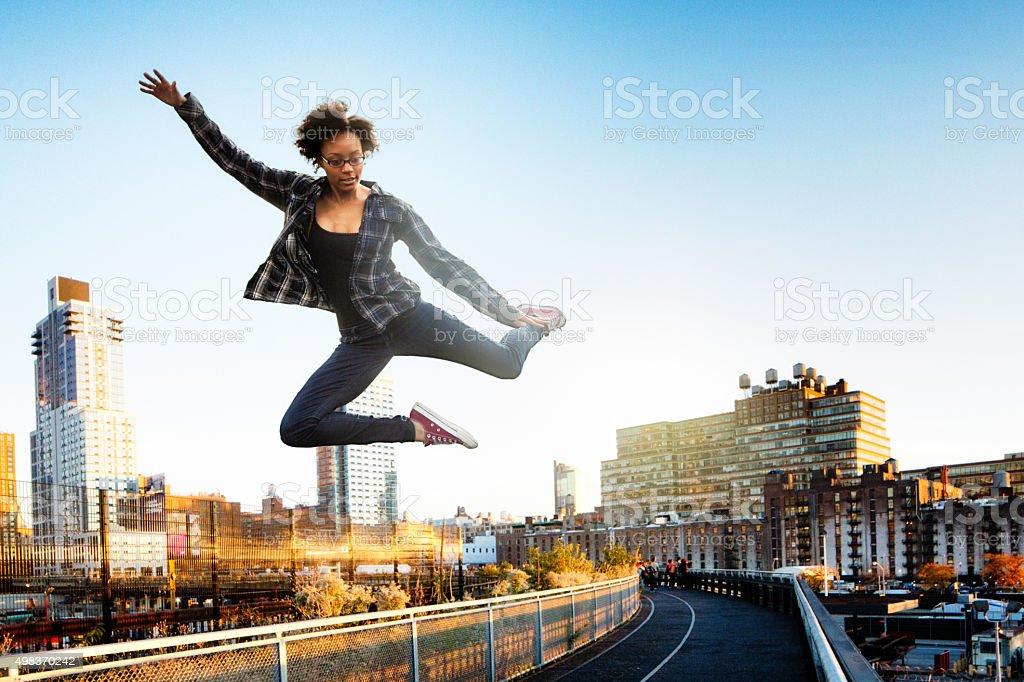 Молодая женщина, прыжки в Нью-Йорке с высокой линией Парк стоковое фото